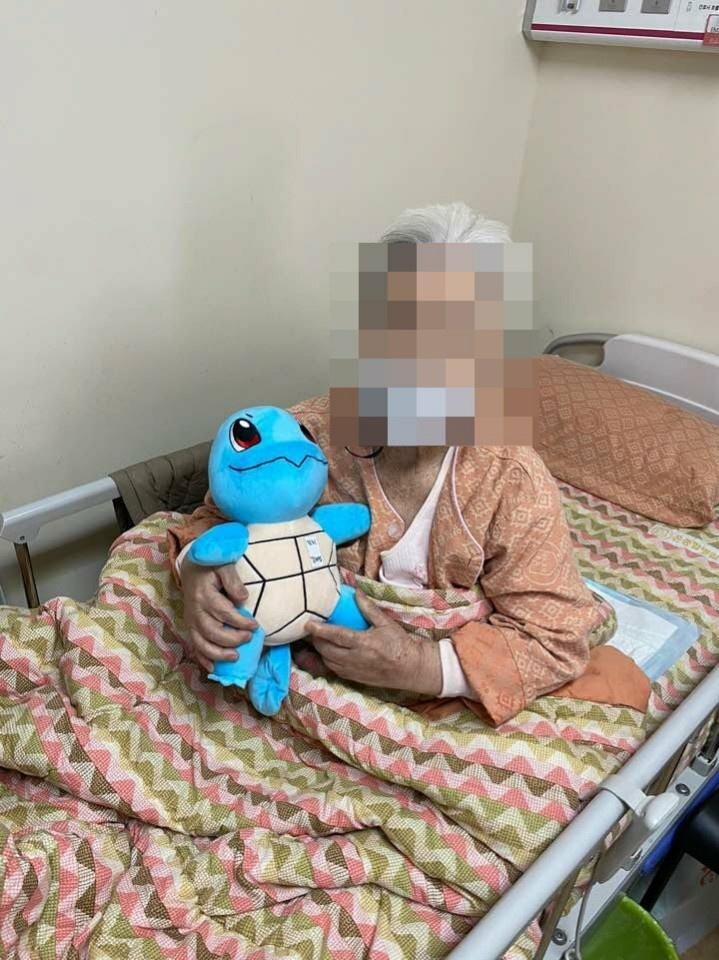 부산 온요양병원 입원환자가 보호자에게 보낼 사진을 촬영하고 있다. (출처: 블로그 캡처)